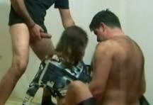 fotos da cena Sem descanso pra buceta! De novo esses dois safados pegam a carnudona e metem vara sem dó! Fodendo ao mesmo tempo, ela geme sem parar. 2