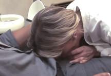fotos da cena A ajudante de dentista quis dar uma ajudinha para o paciente fez um boquete para deixá-lo mais tranquilo. Ele aproveitou e meteu pica na bucetinha depilada dela, confira. 1