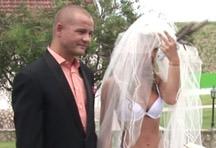 fotos da cena Os dois mal se casam e já estão loucos pra meter! A noivinha adora ver o cara chupando seus peitos e libera a buceta de quatro pra comemorar o casamento. 1