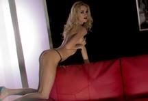 fotos da cena A pornstar Erica Fontes se masturbando peladinha no sofá vermelho da Portuguesinhas. É de enlouquecer de tesão com a cara de safada que a loira faz! 4