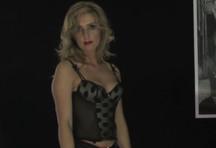 fotos da cena De lingerie preta, a loira Isabel mostra que sabe o que faz mesmo sozinha. Tira a roupa e abre a bucetinha depilada pra meter o brinquedinho em formato de rola. 1