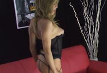 fotos da cena De lingerie preta, a loira Isabel mostra que sabe o que faz mesmo sozinha. Tira a roupa e abre a bucetinha depilada pra meter o brinquedinho em formato de rola. 2