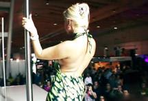 fotos da cena A loira se apresenta e faz um belo striptease para a plateia. Depois encontra com outra pornstar e as duas chupam o mesmo rapaz. 2