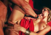 fotos da cena A loira Kristy Lust faz um strip bem sensual e deixa os rapazes loucos de tesão. Depois leva muita socada na buceta do ator Samuel Soler. 4