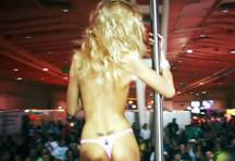 fotos da cena A famosa pornstar Erica Fontes faz strip e se exibe para o público! A loira pegou um rapaz da plateia e ficou peladinha na frente dele, veja. 1