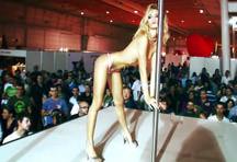 fotos da cena A famosa pornstar Erica Fontes faz strip e se exibe para o público! A loira pegou um rapaz da plateia e ficou peladinha na frente dele, veja. 2