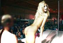 fotos da cena A famosa pornstar Erica Fontes faz strip e se exibe para o público! A loira pegou um rapaz da plateia e ficou peladinha na frente dele, veja. 6