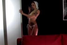 fotos da cena Tatuada gostosa faz um strip bem sensual e ficou pelada na frente das câmeras. A gata Sylvie Castro meteu o consolo com vontade e ficou toda lambuzada. 1