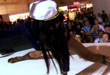 fotos da cena A morena Yoha adora provocar todos espectadores da feira, inclusive se esfregando sem roupa em outra mulher. Transa gostosa e muito mais nessa cena. 1