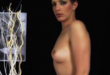 fotos da cena Toda safadinha, Carol Souza chega tirando a roupa e mostra que sabe o que está fazendo. Se masturba com uma falsa pica grossa e goza na frente das câmeras. 3