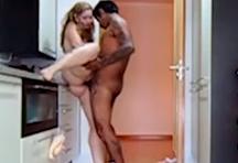 fotos da cena Essa Taty é uma insaciável! Depois de fuder no sofá da sala, a gostosa leva o marmanjo para a cozinha. O casal trepa sem camisinha e em diversas posições! Rola sacanagem até no chão! Eles só q 2