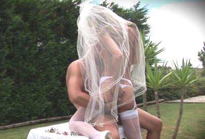Video pornô Os dois mal se casam e já estão loucos pra meter! A noivinha adora ver o cara chupando seus peitos e libera a buceta de quatro pra comemorar o casamento.