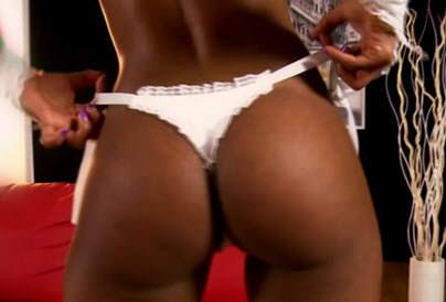 Video pornô Mulata de bunda muito gostosa Aline chega de lingerie branca e rebola para a câmera. Tira tudo bem devagar e mexe na buceta usando os dedinhos.