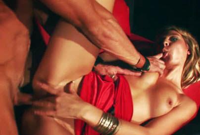 Video pornô A loira Kristy Lust faz um strip bem sensual e deixa os rapazes loucos de tesão. Depois leva muita socada na buceta do ator Samuel Soler.