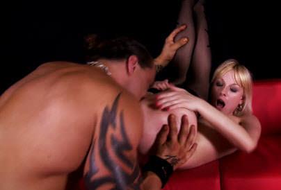 Video pornô Depois do striptease erótico, a loira adora um sexo selvagem e dá a buceta com vontade pro rapaz. Veja que delícia essa safada dando e engolindo gozo.
